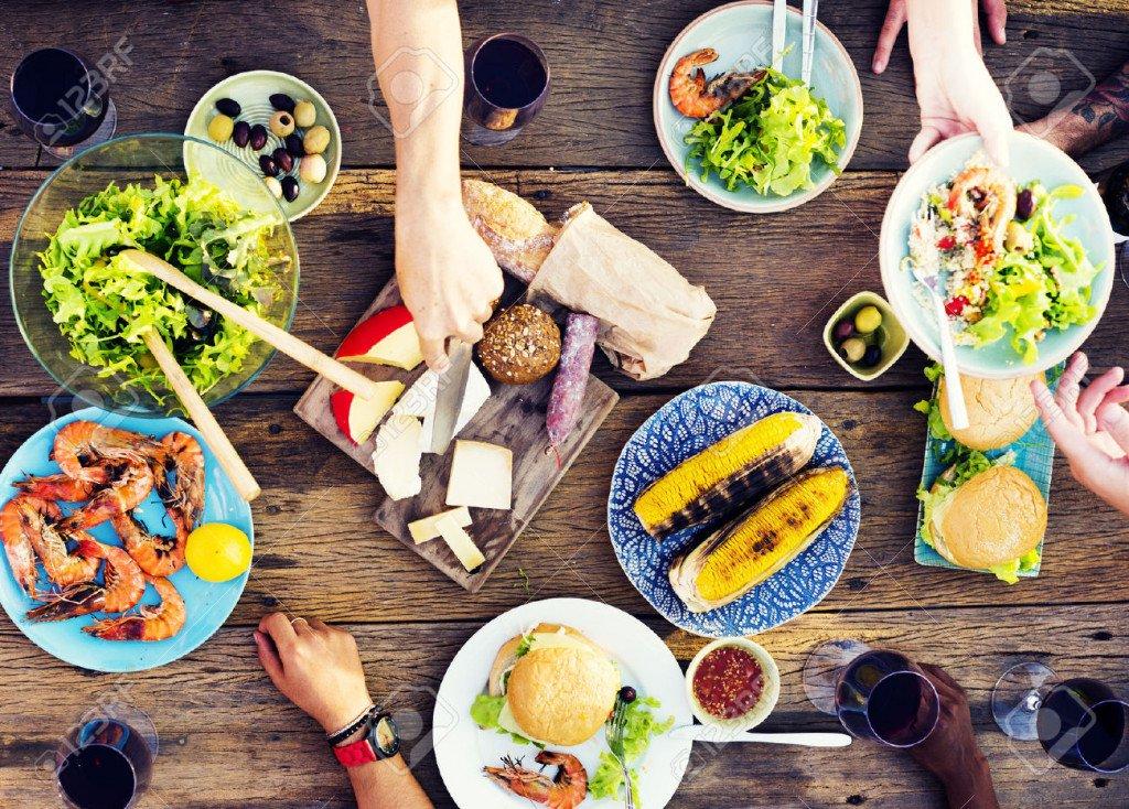 47062607-Aliment-Table-C-l-bration-D-licieux-Parti-Concept-de-repas-Banque-d'images